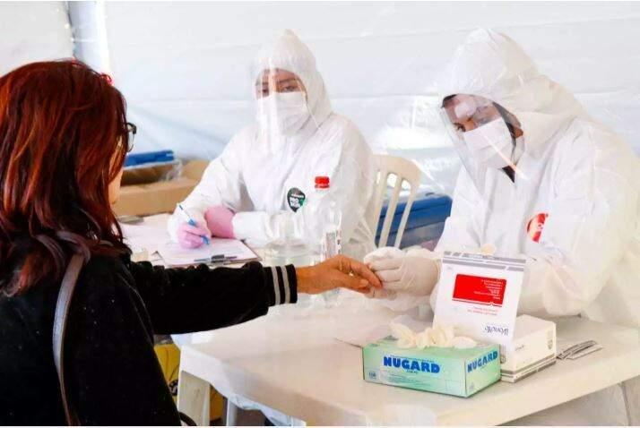 Mulher passa por teste rápido em barreira sanitária montada em Campo Grande (Foto: Arquivo)