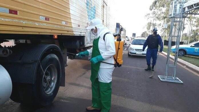 Homem faz a desinfecção em barreira sanitária de Ponta Porã. (Foto: Divulgação Prefeitura)