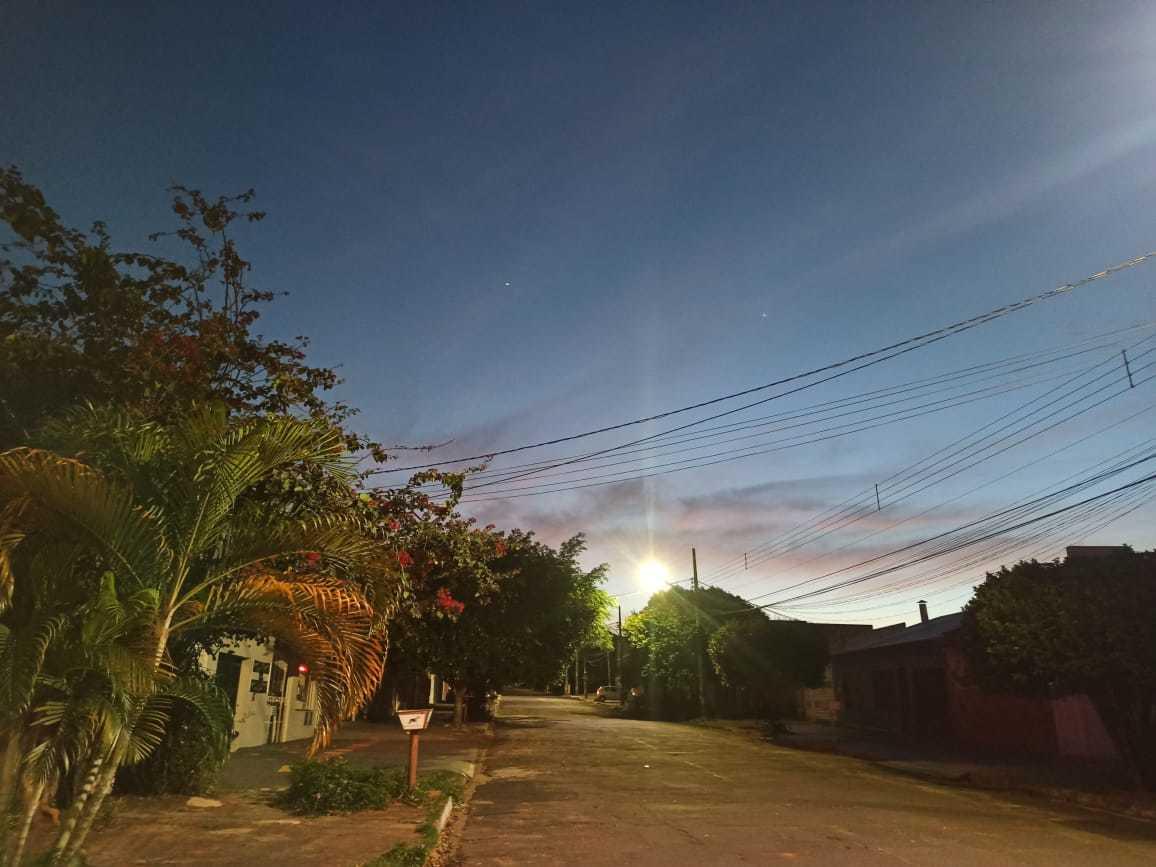 Sol nascendo na Mata do Jacinto, bairro localizado na saída para Cuiabá (Foto: Kisie Aionã)