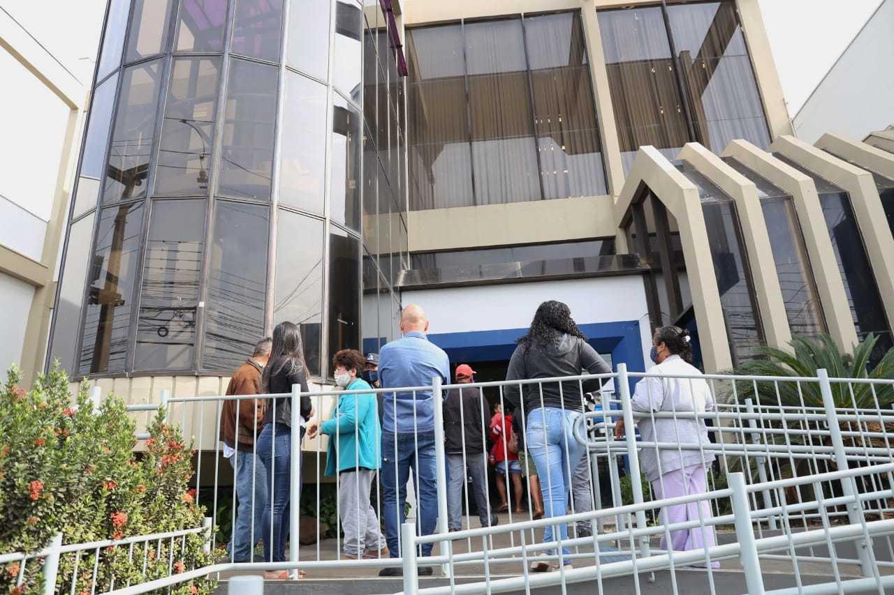 Fila na Caixa Ecônomica da Avenida Bandeirantes para saque do auxílio. (Foto: Arquivo/Paulo Francis)