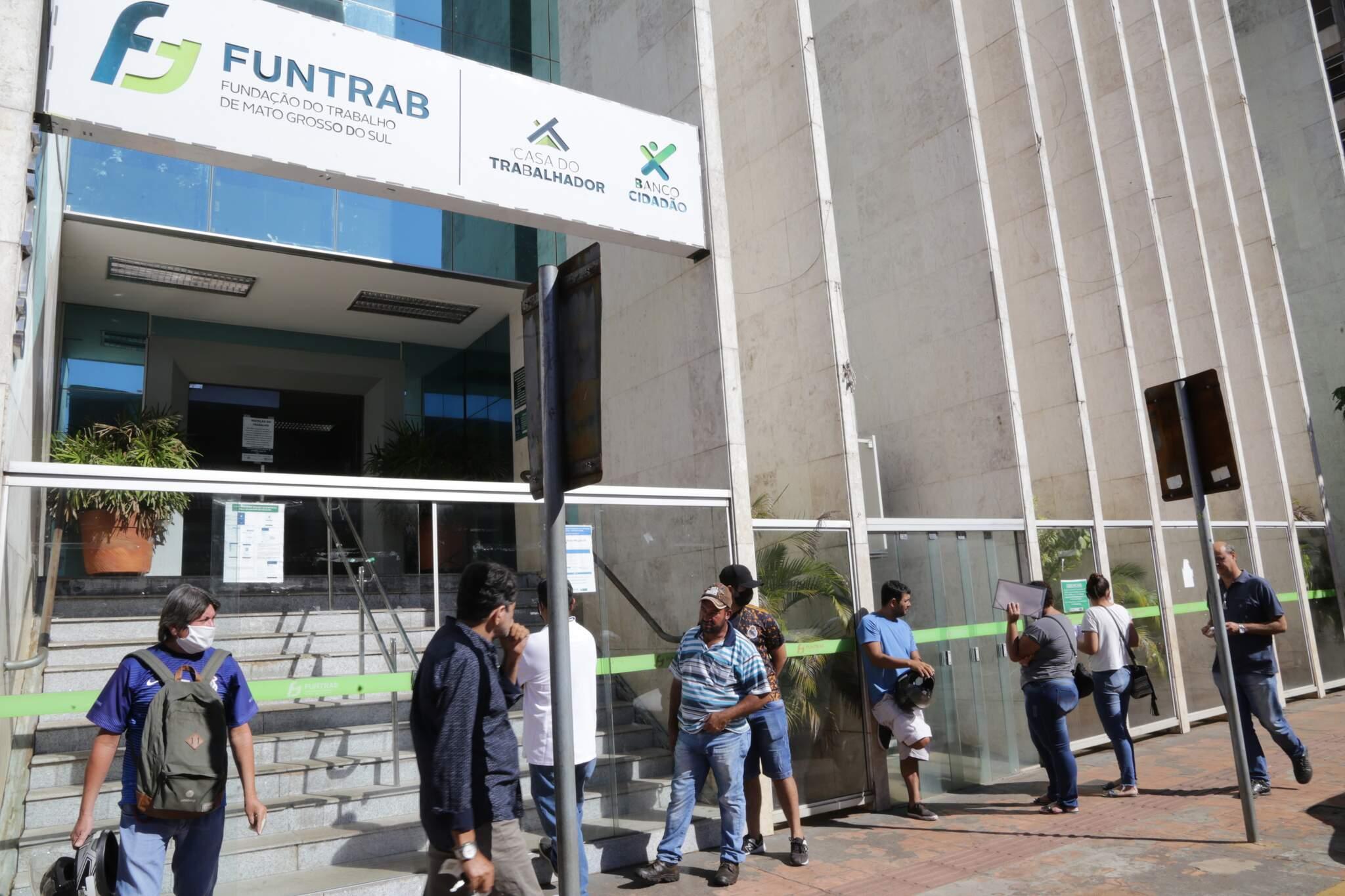 Candidatos na fila em frente à Funtrab. (Foto: Kísie Ainoã)