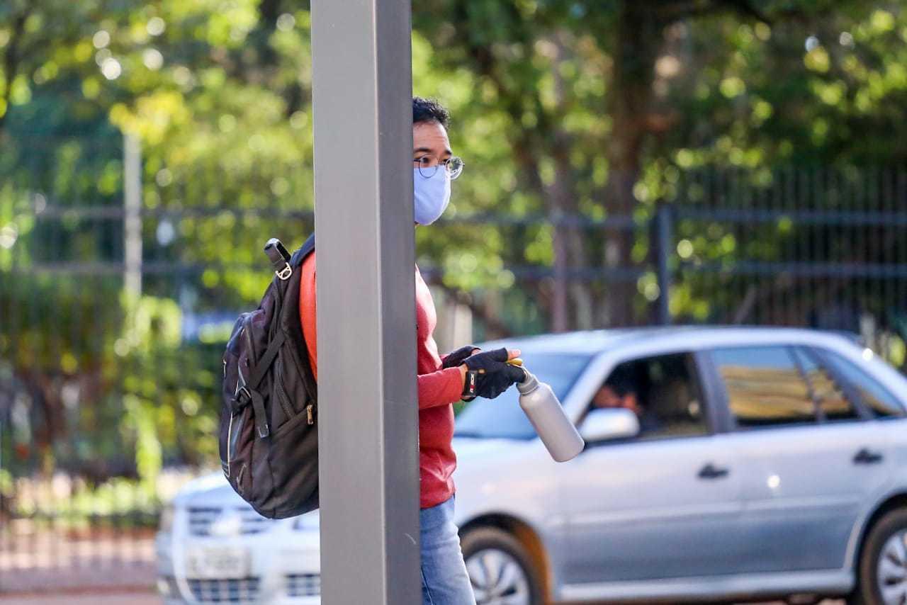 Rapaz se protege da covid usando máscara ao andar no Centro da Capital (Foto: Marcos Maluf)