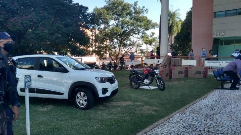 Os prêmios sorteados em frente à Central de Atendimento ao Cidadão. (Foto: Divulgação)