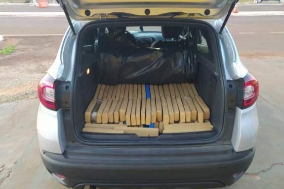Tabletes de maconha estavam no porta-malas do carro. (Foto: PRF)