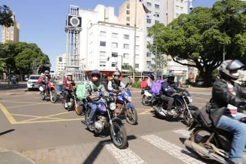 Contra condições ruins de trabalho, motoentregadores fazem buzinaço no Centro