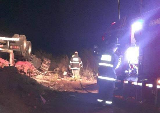 Equipes do Corpo de Bombeiros no local do acidente. (Foto: Direto das Ruas)