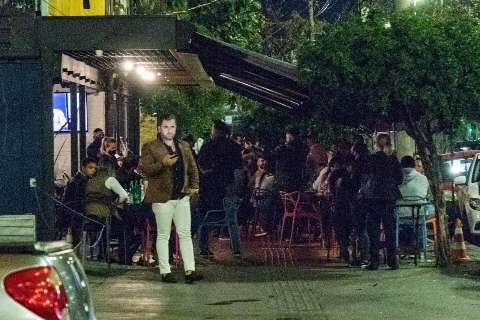 Secretaria de Saúde reclama de bares cheios e cobra mais restrição no isolamento