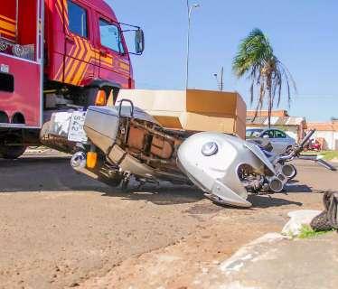 """Motociclista """"voa"""" após bater em outra moto e fica em estado grave"""