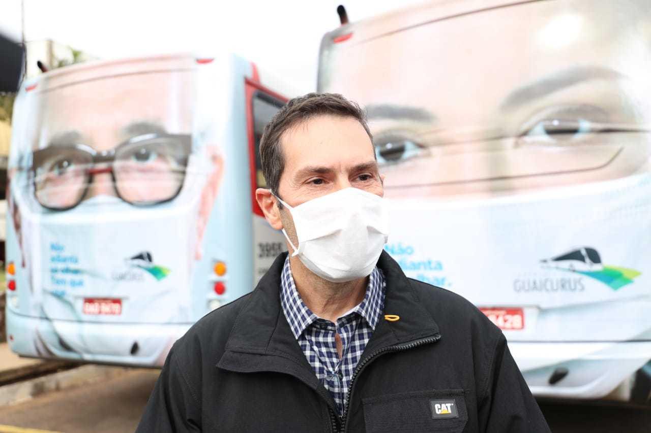 O diretor da Agetran, Janine Ribeiro e ao fundo os ônibus do transporte coletivo (Foto: Paulo Francis)