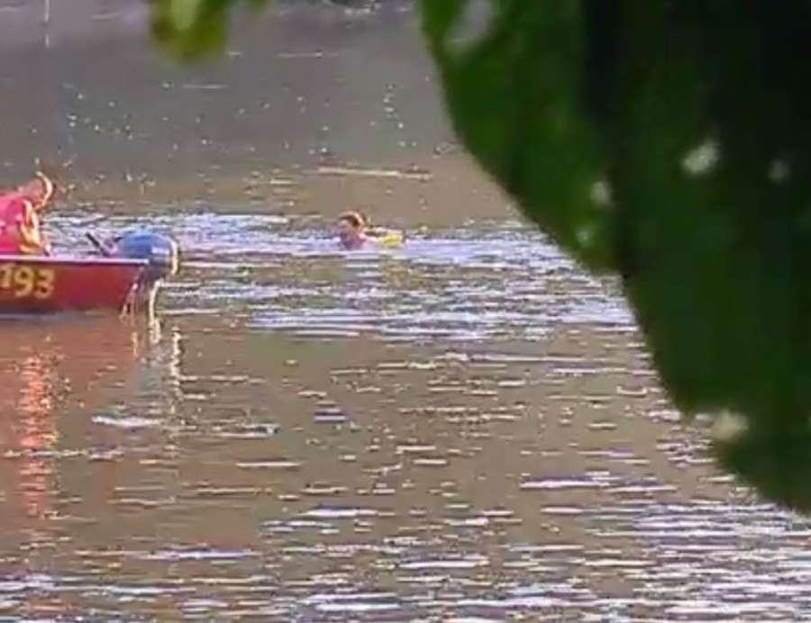 Bombeiro tenta alcançar o fujão com barco no Rio Aquidauana (Foto: Divulgação)
