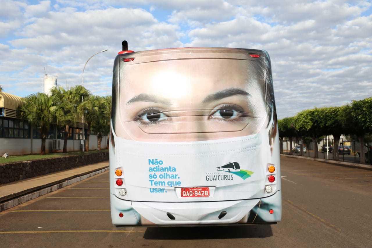 Ônibus foram caracterizados para lembrar que uso de máscara é obrigatório (Foto: Paulo Francis)