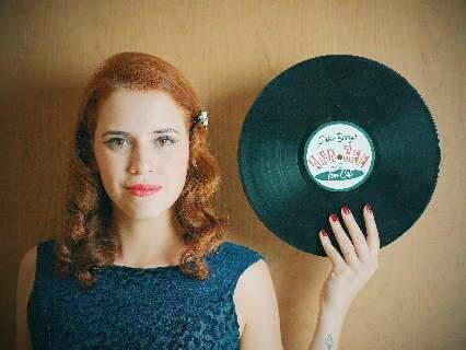 Em casa, Ana resgata anos 40 com vídeos no estilo boogie e doo-wop