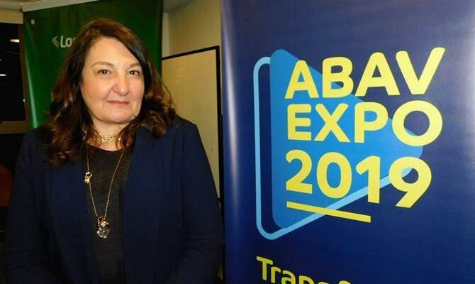 A presidente da ABAV Nacional, Magda Nassar, diante da logo da tradicional feira de turismo realizada no ano passado no Expo Center Norte, em São Paulo (Foto: ABAV/Arquivo)