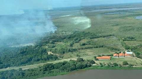 Incêndio que já dura 3 dias ameaça atingir escola no Pantanal