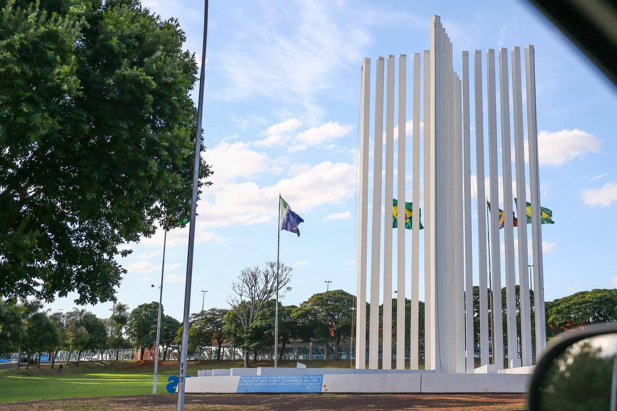 Monumento na entrada da UFMS, em Campo Grande (Foto: Paulo Francis)