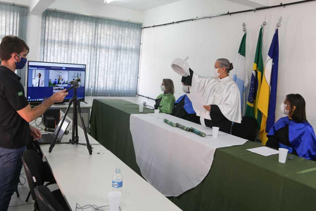 Reitora pro tempore Mirlene Damázio (com túnica branca), durante diplomação de estudantes de medicina.(Foto: Divulgação)