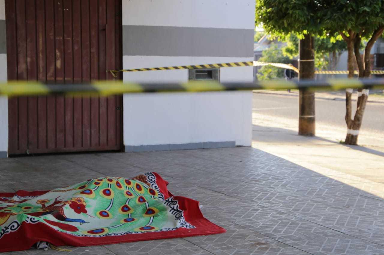 Corpo da jovem foi encontrado nesta manhã na calçada de mercado. (Foto: Kísie Ainoã)