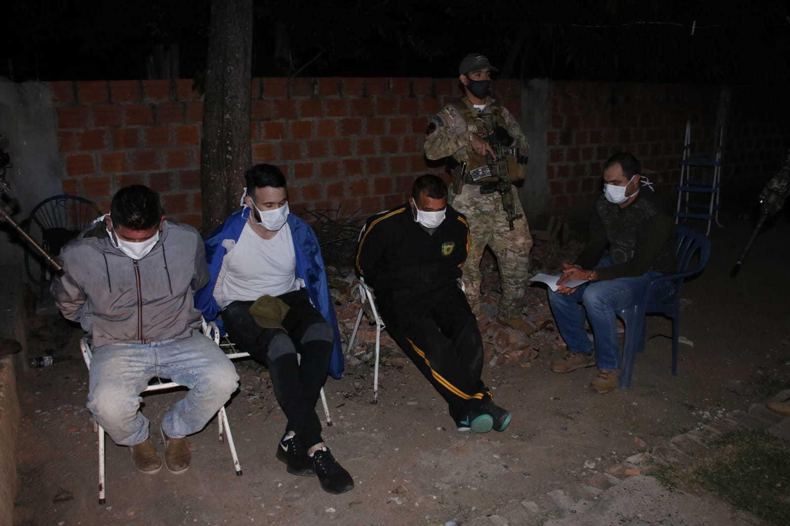 Policiais presos durante a operação. (Foto: Divulgação)
