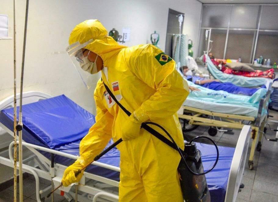 Soldado do Exército faz desinfecção no Hospital da Vida, em Dourados, onde mulher de 67 anos morreu com covid-19 (Foto: Divulgação)