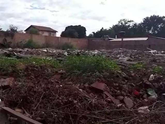 Terreno tomado por entulho incomoda moradora na Vila Piratininga
