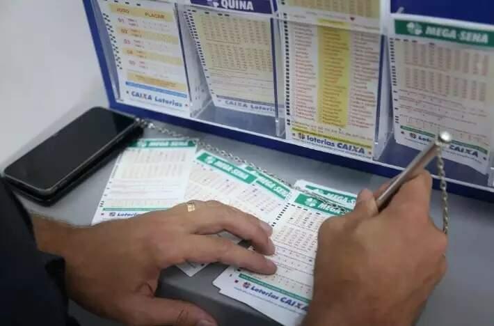 Apostador faz jogo em lotérica da Capital (Foto: Paulo Francis)