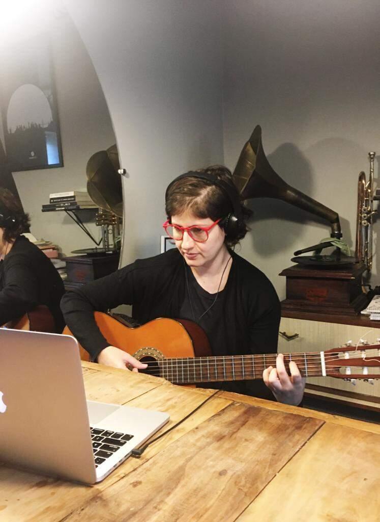Bianca também dá aula pelo computador, mas de violão (Foto: Arquivo Pessoal)