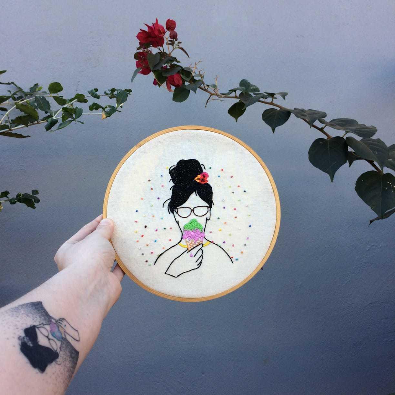 O primeiro bordado no bastidor de madeira foi a reprodução de uma tatuagem que está no braço de Rafaela Gizzi Cassapula. (Foto: Rafaela Gizzi Cassapula )