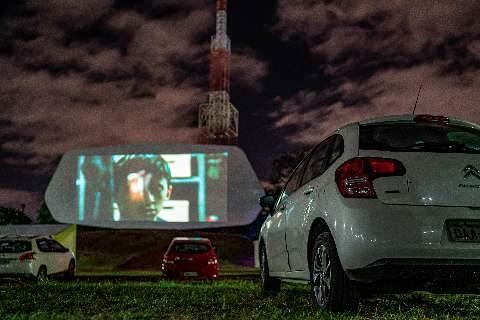 Com cinema drive-in em shopping e universidade, veja como assistir