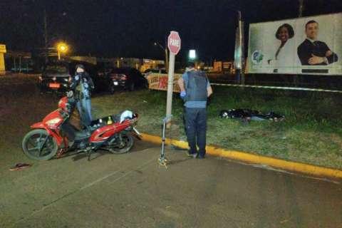 Adolescente perde controle de moto, idoso cai da garupa e morre