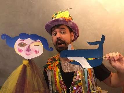 Professor encontra jeito divertido de ensinar e tirar criança do tédio