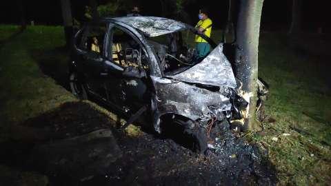 Carro atropela e mata ciclista, saí da pista e pega fogo após bater em poste