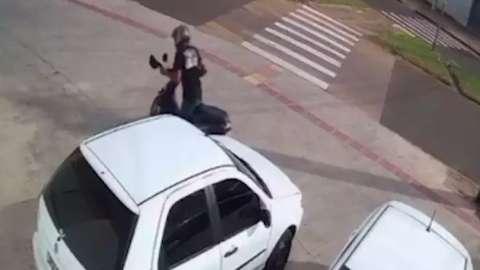 Ladrão leva 15 segundos para furtar moto estacionada em frente de farmácia