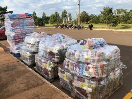 Fardos de alimentos que foram entregues para os ex-catadores, nesta segunda-feira (6). (Foto:MPT)