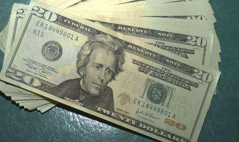 Dólar abre semana em alta, cotado a R$ 5,35; Ibovespa sobe 2,2%