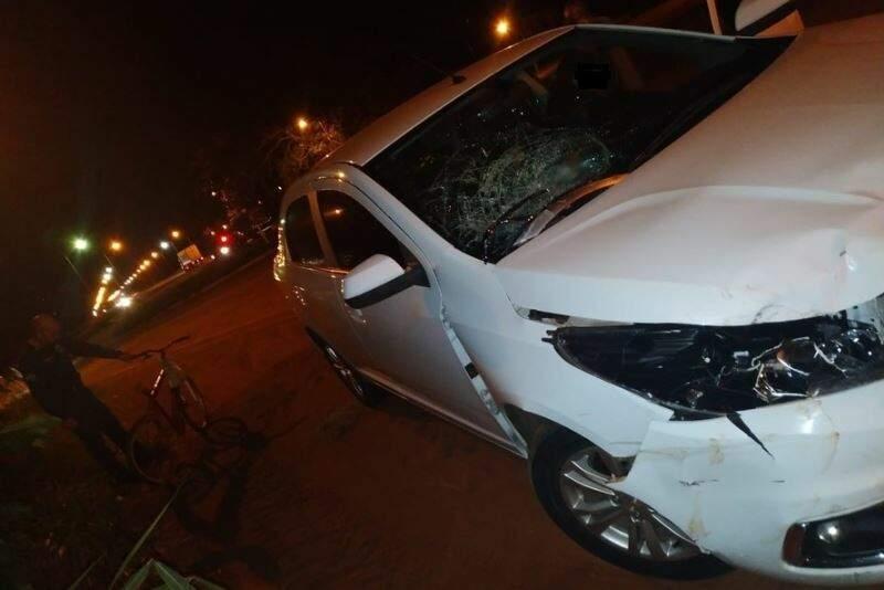 Danos causados na lataria e no para-brisa do veículo, devido a força da batida. (Foto: Nova Notícias)