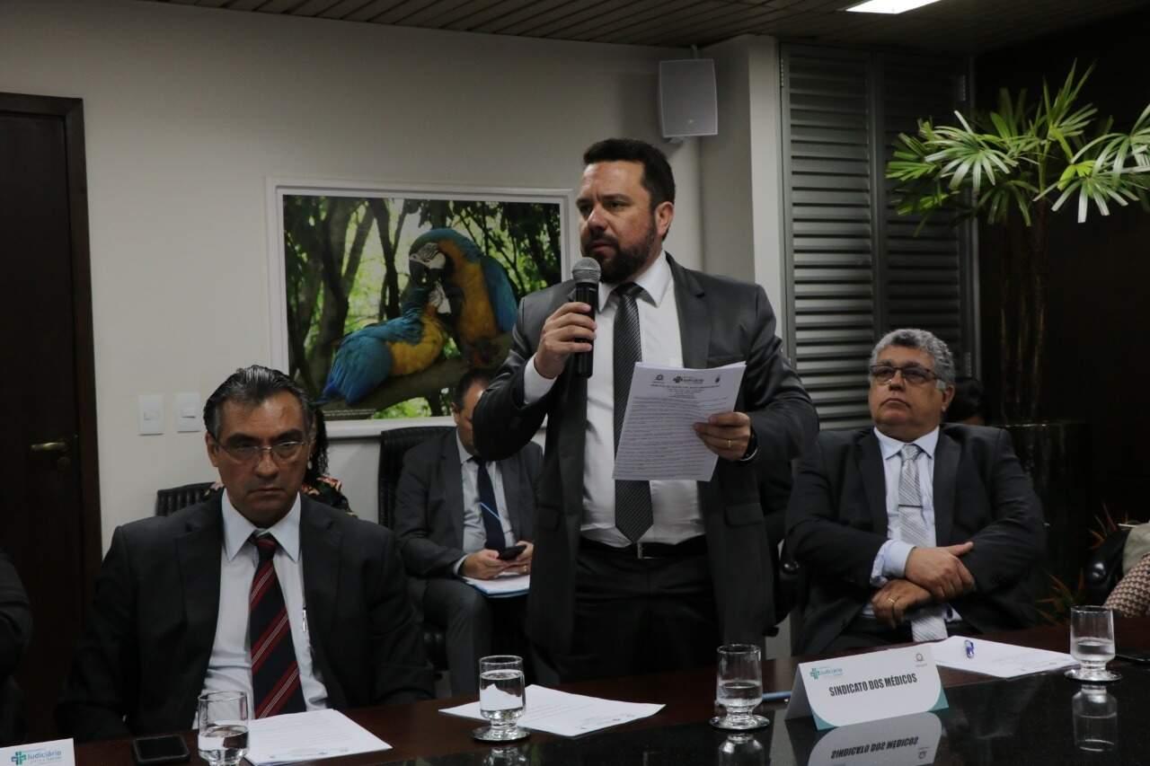 Em pé, presidente do Sinmed-MS, Marcelo Santana (Foto: TJMS/Divulgação)