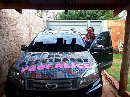 Professora decora carro e dirige só para entregar kit junino aos alunos