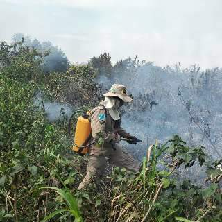 Além da Serra do Amolar, fogo às margens do Paraguai é visto da cidade
