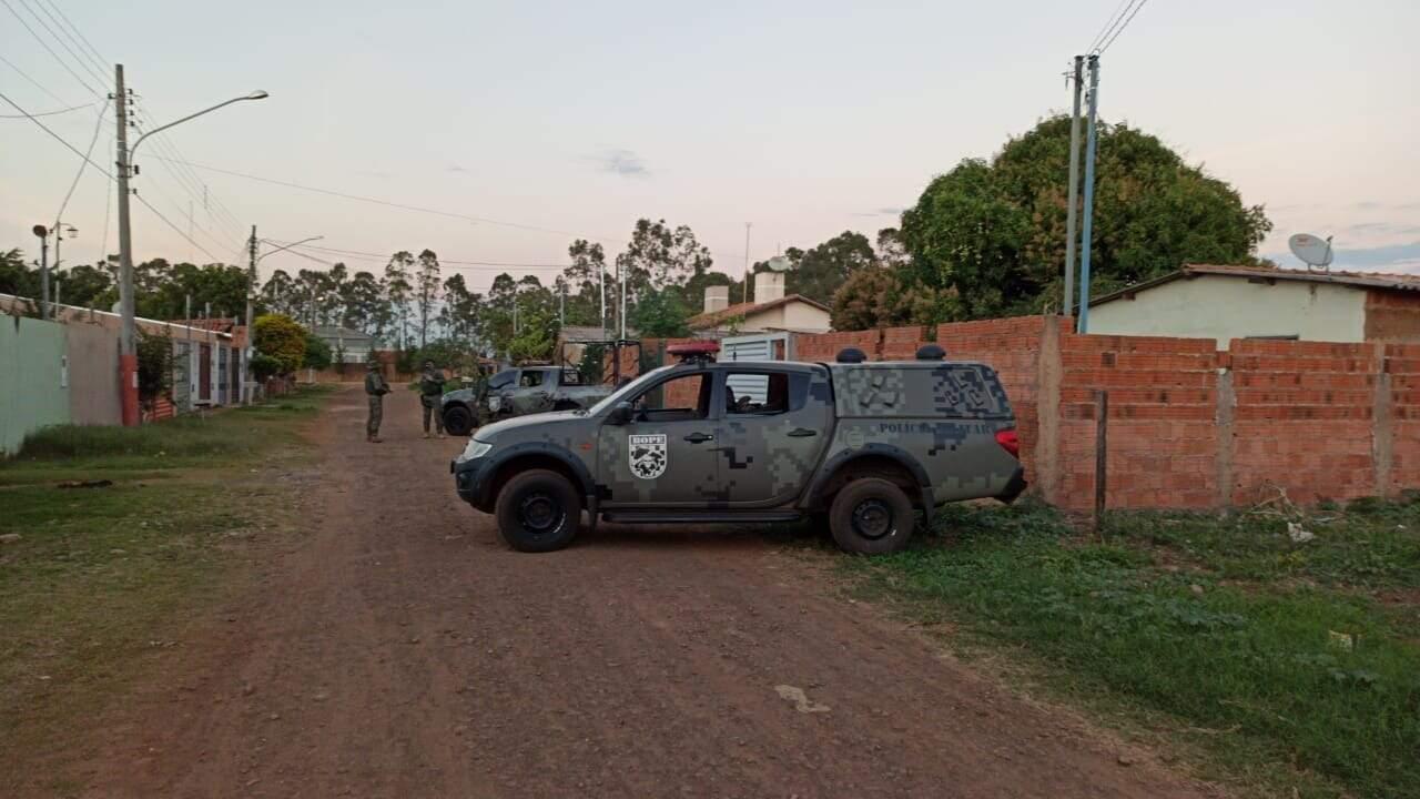 Viatura dos Bope em frente a imóvel no bairro Santa Emília, em Campo Grande. (Foto: Direto das Ruas)
