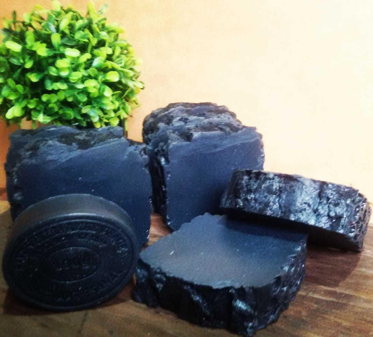 Sabonetes de carvão ativado. (Foto: Morgana Cosméticos Artesanais)