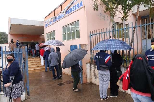 Mesmo no frio, população enfrenta fila em dia de vacinação ampliada contra gripe