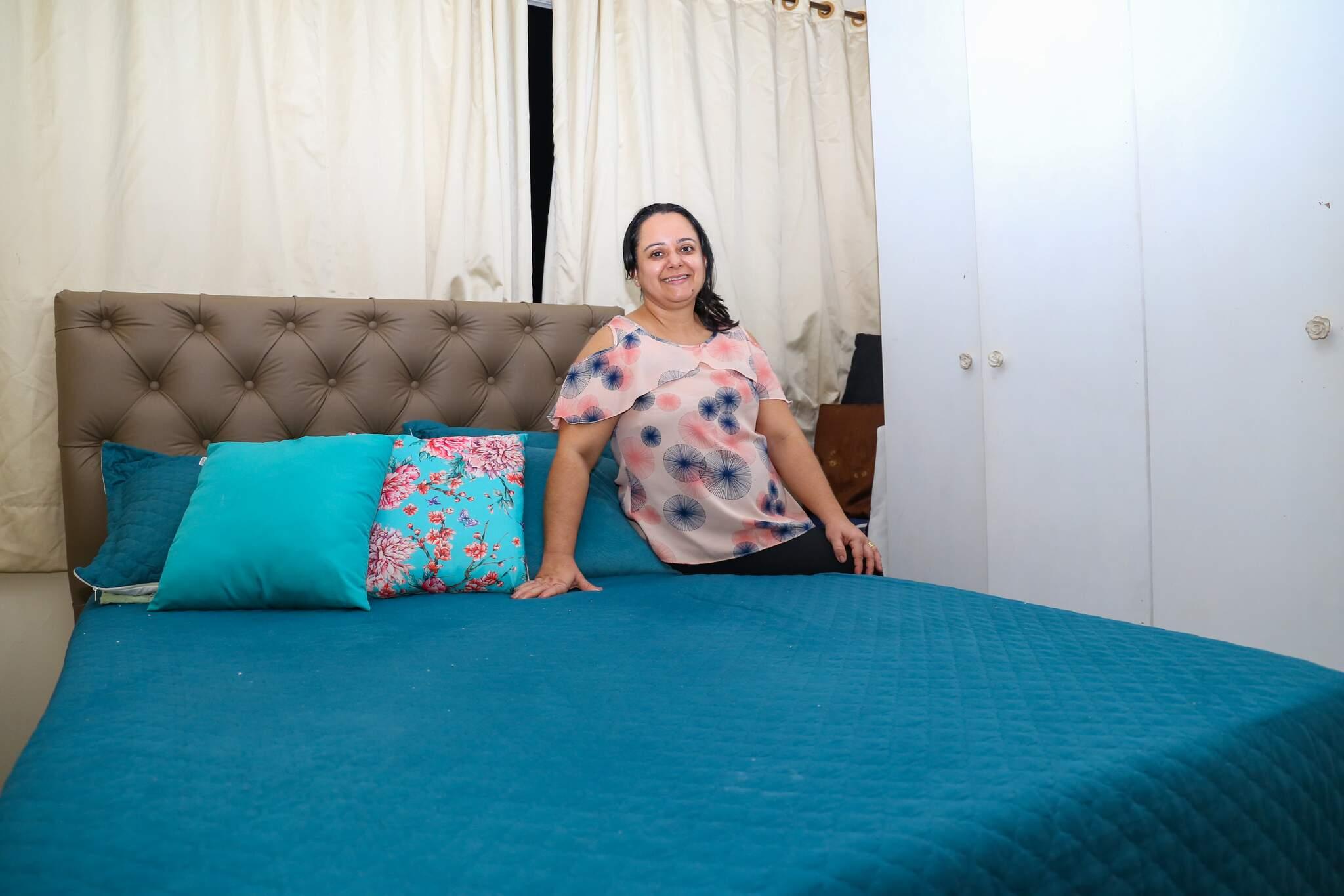 Andressa Pereira de Souza tinha dores de hérnia de disco, mas mudou a rotina com colchão novo. (Foto: Paulo Francis)