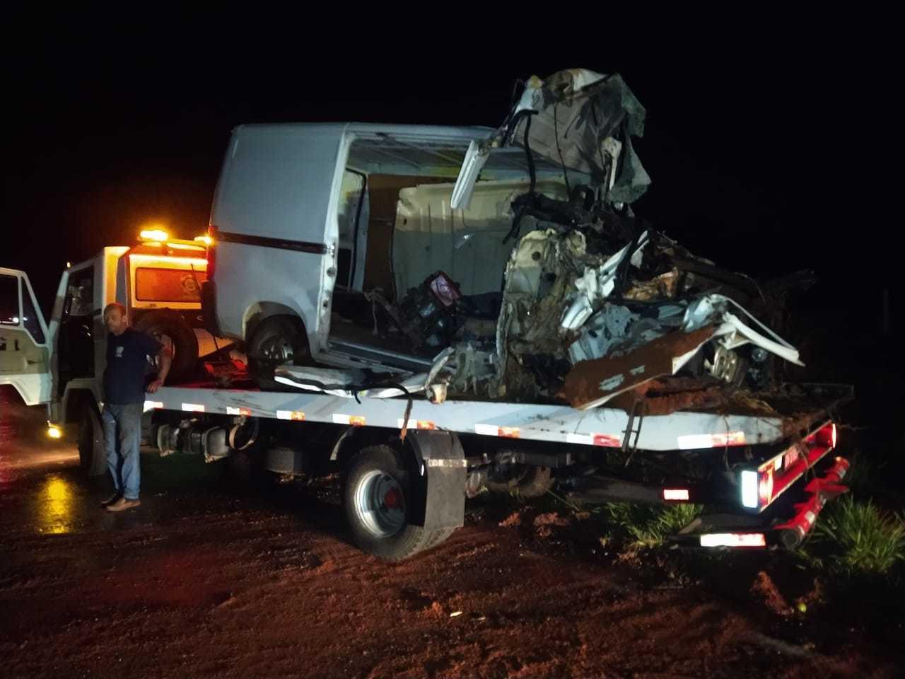 Van onde a família estava ficou destruída a pós colisão. (Foto: Direto das Ruas)