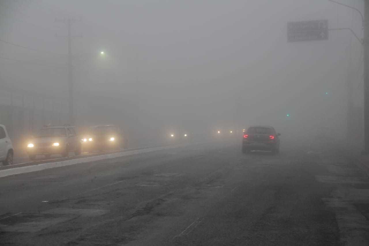 Avenida Coronel Antonino, fechada pela neblina (Foto: Silas Lima)