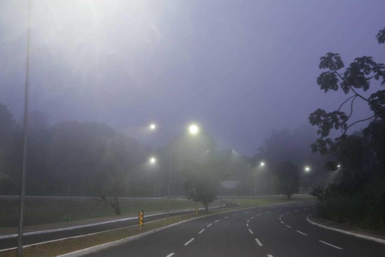 Campo Grande amanheceu debaixo de nevoeiro nesta quarta-feira. (Foto: Kísie Ainoã)