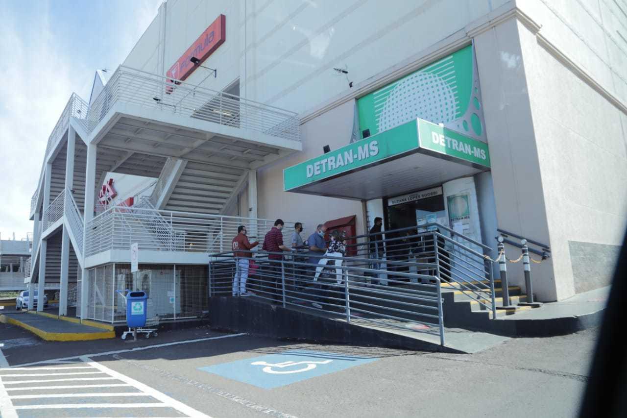 Clientes esperam para entrar na agência do Detran do Shopping Campo Grande (Foto: Kisie Ainoã)