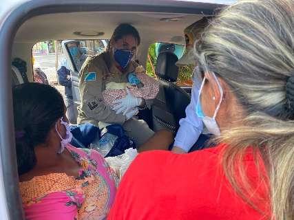 Amiga invade drive thru para pedir socorro e mulher dá à luz em caminhonete