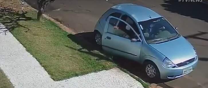 Carro usado por trio parado em frente a casa no Carandá Bosque. (Foto: Reprodução/Vídeo)