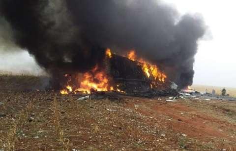 Após batida, três carretas pegam fogo e interditam trecho da MS-306