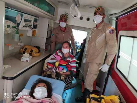 Mãe e filho já dentro da viatura do Corpo de Bombeiros. (Foto: Sidrolândia News)